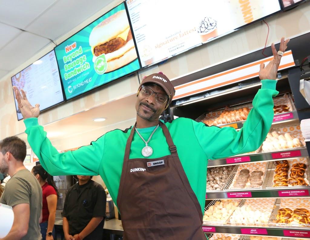 "Snoop Dogg sirve la famosa salchicha vegana ""beyond sausage"" en Dunkin'"